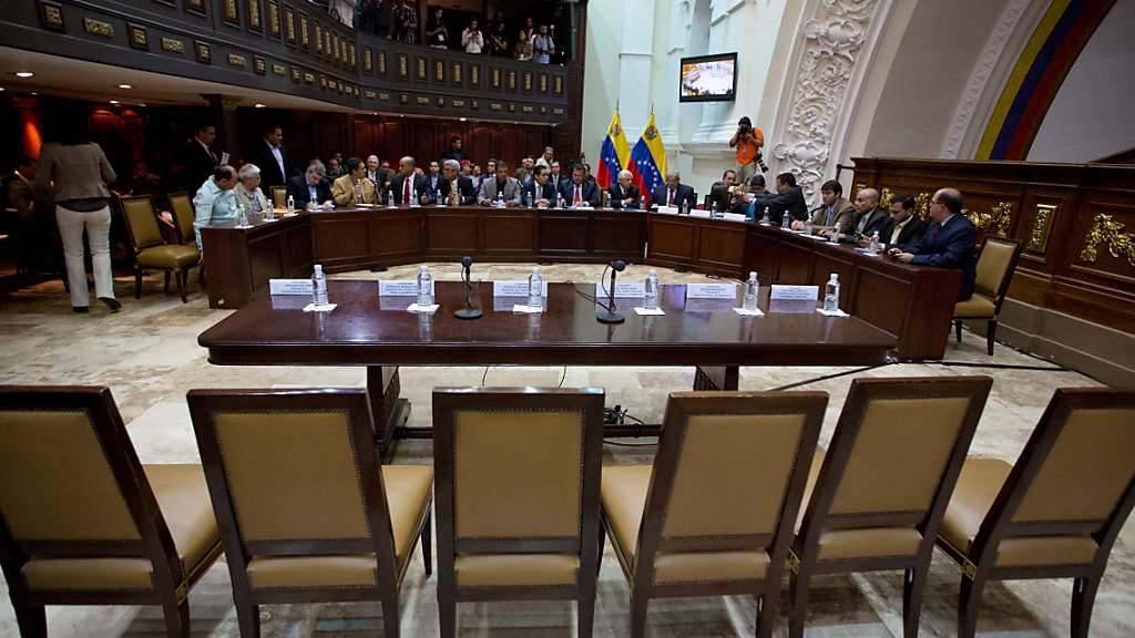 Die Stühle blieben leer: Die aufgebotenen venezolanischen Regierungsvertreter blieben einer parlamentarischen Anhörung über die wirtschaftliche Lage des Landes fern. (Archivbild)