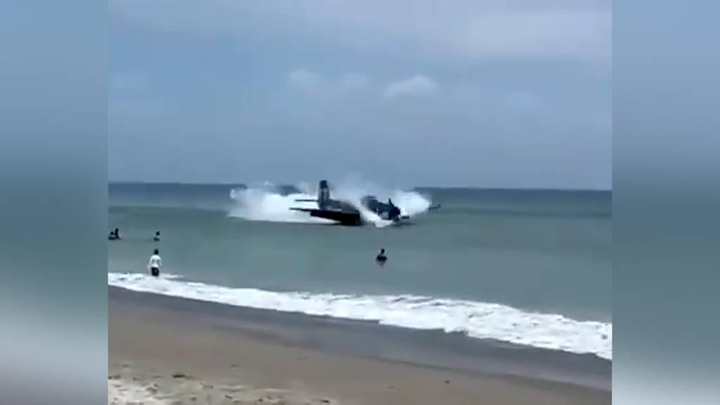 Historischer Torpedobomber muss an belebtem Badestrand notwassern
