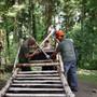 Jagdlehrgänger bauen Jägerhochsitz