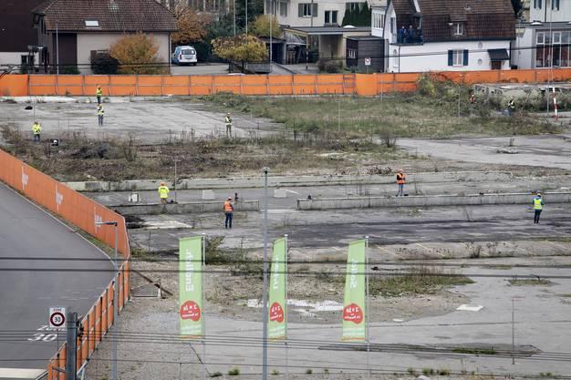 Die Bevölkerung von Aarau hatte am Samstag die Möglichkeit, die Dimensionen des Stadionprojektes Torfeld Süd zu sehen und zu erleben. 20 Drohnen flogen die Umrisse der geplanten Hochhäuser über der Industriebrache nach. Das ist billiger als eine Profilierung mit Bauprofilen. Diese wird erst dann gemacht, wenn der Baubewilligungsprozess ansteht.