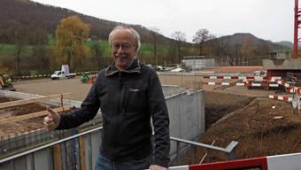 Ist zufrieden mit dem Bauverlauf: Massimo Fini, Präsident des Tennisclubs Frick, bei der Baustelle am Juraweg.