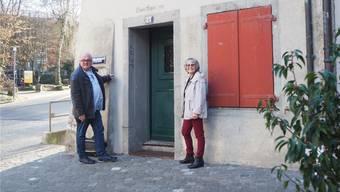 Kurt Adler und Daniela Fleischmann bei der Liegenschaft an der oberen Halde in Baden, wo ab September die Notschlafstelle in Betrieb gehen wird.