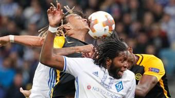 Dynamo Kiew (mit Dieumerci Mbokani/vorne) und die Young Boys (mit Kevin Mbabu/links) lieferten sich eine ausgeglichene und hart umkämpfte Partie