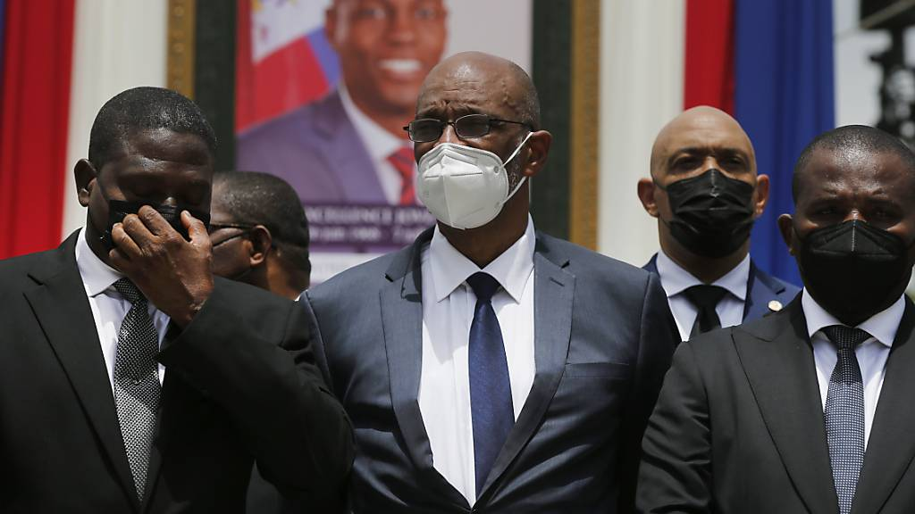 ARCHIV - Ariel Henry (M.), Haitis designierter Premierminister, und Interims-Regierungschef Claude Joseph (r) vor einem Porträt des ermordeten Präsidenten Jovenel Moise. Foto: Joseph Odelyn/AP/dpa
