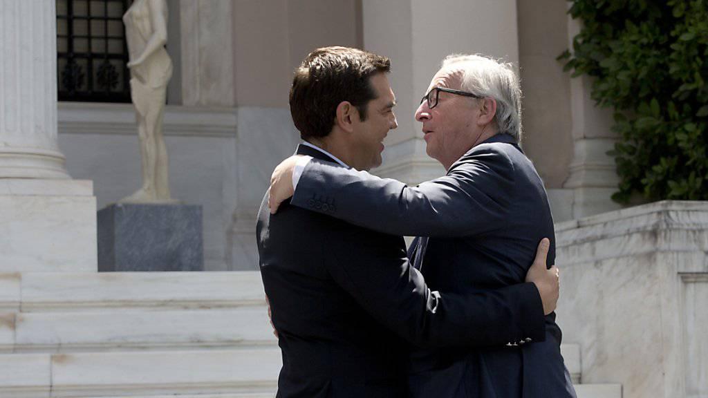 Ziemlich beste Freunde, könnte man meinen: Der griechische Regierungschef Tsipras (links) empfängt EU-Kommissionschef Juncker in Athen.
