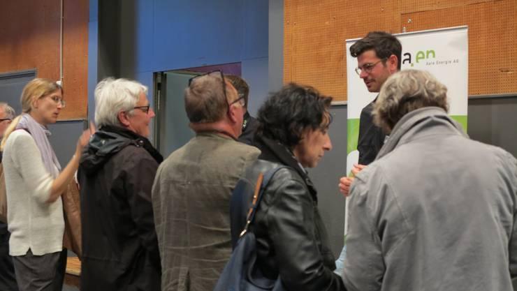 Lukas Zeltner, Energieberater der a.en, ist im Gespräch mit Interessierten.