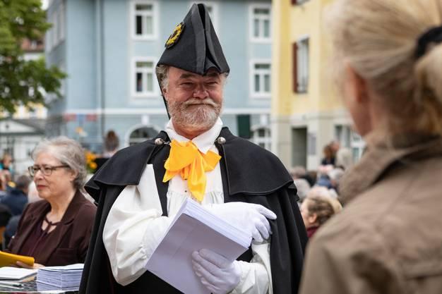 Auch der Stimmenzähler ist historisch gekleidet.