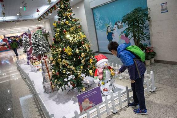 Weihnachtliche Dekoration in einem Pekinger Shoppingcenter.