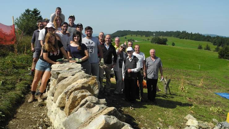 Die Jugendlichen und ihre Lagerleiter (links im Bild) und daneben die Projektunterstützer, die die Teilnehmer des Lagers besucht haben.