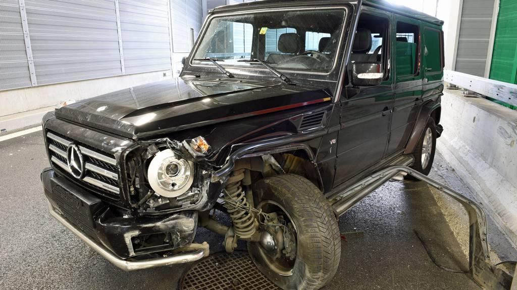 Selbstunfall mit Mercedes-SUV führt zu Stau im Feierabend