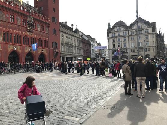 Gemäss der Staatskanzlei Basel gab es viele Menschen, die es nicht mehr schafften, ihre Stimme abzugeben, da sie zu spät beim Wahllokal ankamen.