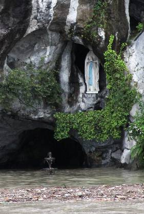 Blick in die überschwemmte Lourdes-Grotte.