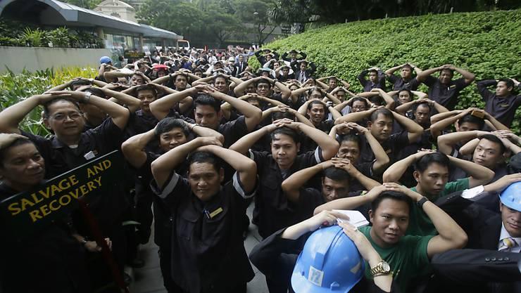 Hotelangestellte bei der bei der Erdbebenübung in Manila.