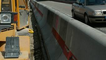 Der Autofahrer kollidiert mit solch einem Betonelement (Symbolbild).
