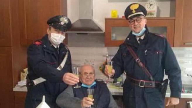 Allein an Weihnachten – Italiener ruft die Polizei für Prosit