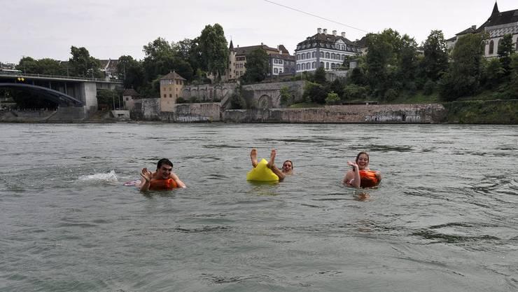 Schwimmer müssen sich nach dem Bad im Rhein gut abduschen