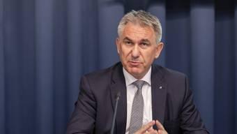 """Regierungsrat Alex Hürzeler spricht an der Medienkonferenz zum Thema """"Reform Berufsfachschulen"""", am 4. März 2019 in Aarau."""