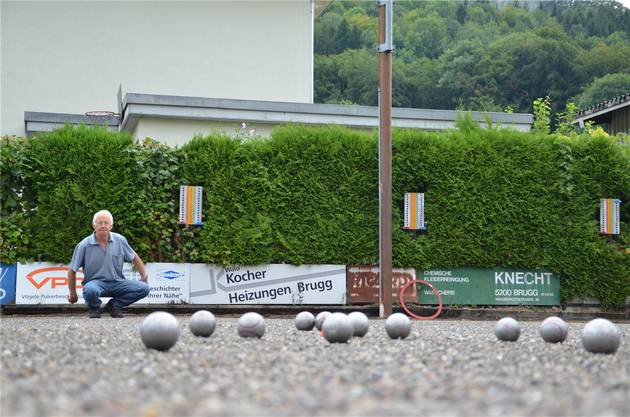 Der «Club de Pétanque de la ville de Brugg» trainiert am Dienstagabend hinter dem Restaurant Steinbrüchli.
