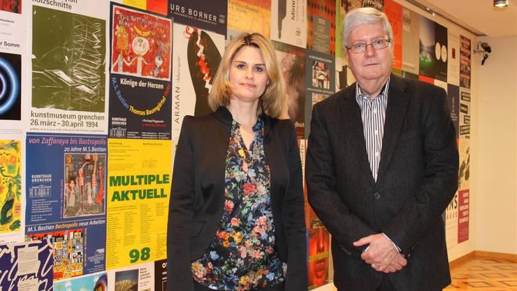 Stiftungspräsident Hanspeter Rentsch mit Kunsthaus-Leiterin EvaInversini vor Ausstellungsplakaten der letzten 30 Jahre.