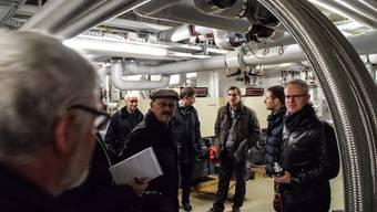 Der Effretiker Stadtrat André Bättig (Bildmitte) mit den Wohler Besuchern im Untergrund des Sportzentrums. Ganz rechts Rainer Gilg von BMP Sports, der Firma, die Wohlen bei der Sanierung von Badi und Eisbahn beratend zur Seite steht.