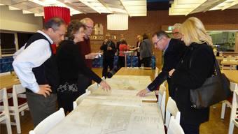Hier wird die Leitung gebaut: Projektleiter Jürg Frutiger (rechts) zeigt die Pläne des Wärmeverbunds Rheinfelden. chr