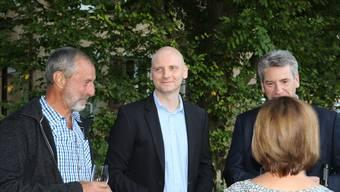 Überglücklich: Der neue Gemeinderat Eugen Voronkov stösst in Fricks Monti mit dem Gemeinderat und der Bevölkerung an. dka