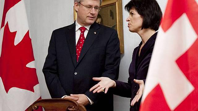 Bundespräsidentin Doris Leuthard (r.) empfängt den kanadischen Premier Stephen Harper