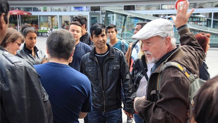 Rolf Geiser bei einem Rundgang durch die Stadt Aarau mit Asylsuchenden.