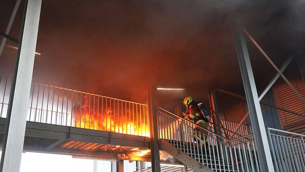 Die brennenden Gummimatten verursachten viel Rauch.