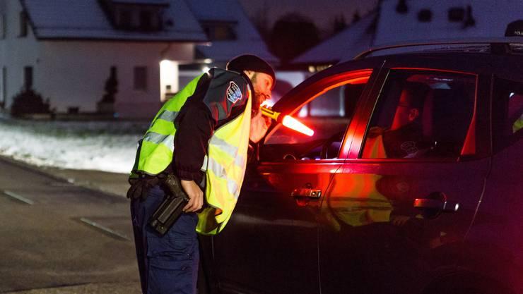 Diese Quartierstrasse ist eine beliebte Abkürzung. Die Polizisten machen eine Verkehrskontrolle. Kurz leuchtet Roos in jedes Auto: «Ich muss innert Sekunden ein Bauchgefühl entwickeln.»