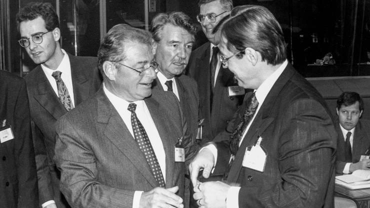 Danach gab es viel Wein: Die Bundesräte Jean-Pascal Delamuraz (vorne links) und René Felber (Mitte) verhandelten im Oktober 1991 in Luxemburg mit ihren europäischen Amtskollegen über den EWR.