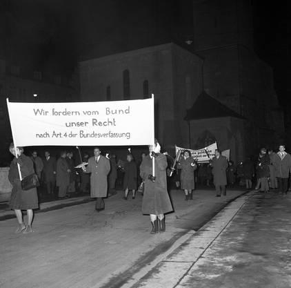 Mitglieder und Sympathisanten der Frauenzentrale, des Frauenstimmrechtvereins und anderer politischer Frauengruppen demonstrieren am 1. Februar 1965 in Zürich