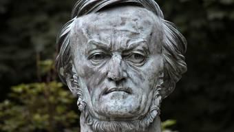 """Büste von Richard-Wagner beim Festspielhaus auf dem """"Gruenen Hügel"""" in Bayreuth"""