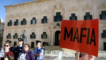 Demonstration vor dem Regierungssitz in der Hauptstadt Valletta. Das Schild deutet Nebeneinkünfte von Ministerpräsident Muscat und von Mitgliedern seiner Regierung an.
