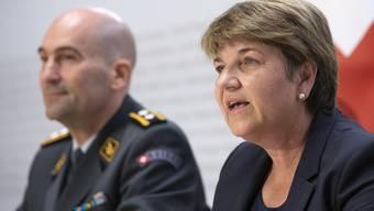 Bundesrätin Viola Amherd Anfang September bei der Präsentation von Thomas Süssli, dem neuen Chef der Armee. (KEYSTONE/Peter Klaunzer)