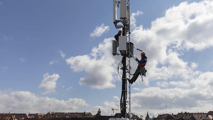 Beim Ausbau der 5G-Netze sind die Anbieter nicht auf den chinesischen Huawei-Konzern angewiesen. Dies zumindest behauptet Konkurrent. Im Bild: Monteure bei der Installation einer 5G-Antenne in Bern.(Archivbild).