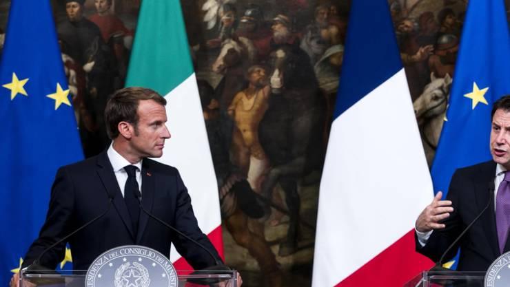 Der italienische Ministerpräsident Giuseppe Conte (rechts) und der französische Präsident Emmanuel Macron (links) haben am Mittwoch über die Flüchtlingskrise und deren Lösung gesprochen.