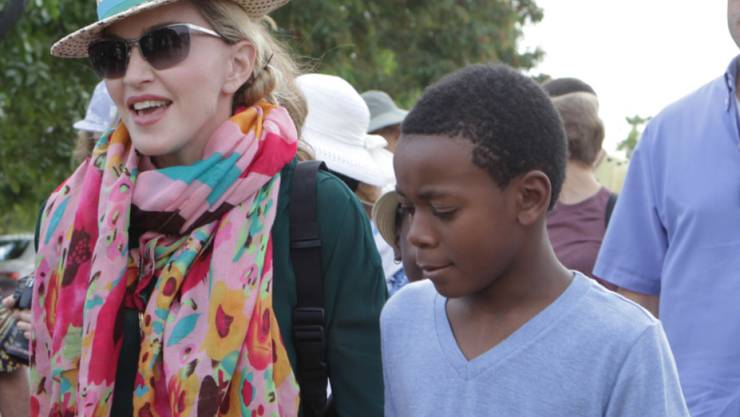 Madonnas Adoptivsohn David (r) soll jetzt wohl doch keine weiteren malawischen Geschwister bekommen: Die Sängerin dementiert den Adoptionsantrag. (Archivbild)