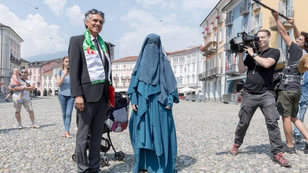 Garantierte Aufmerksamkeit: Rachid Nekkaz und die verhüllte Nora Illi auf der Piazza Grande in Locarno.
