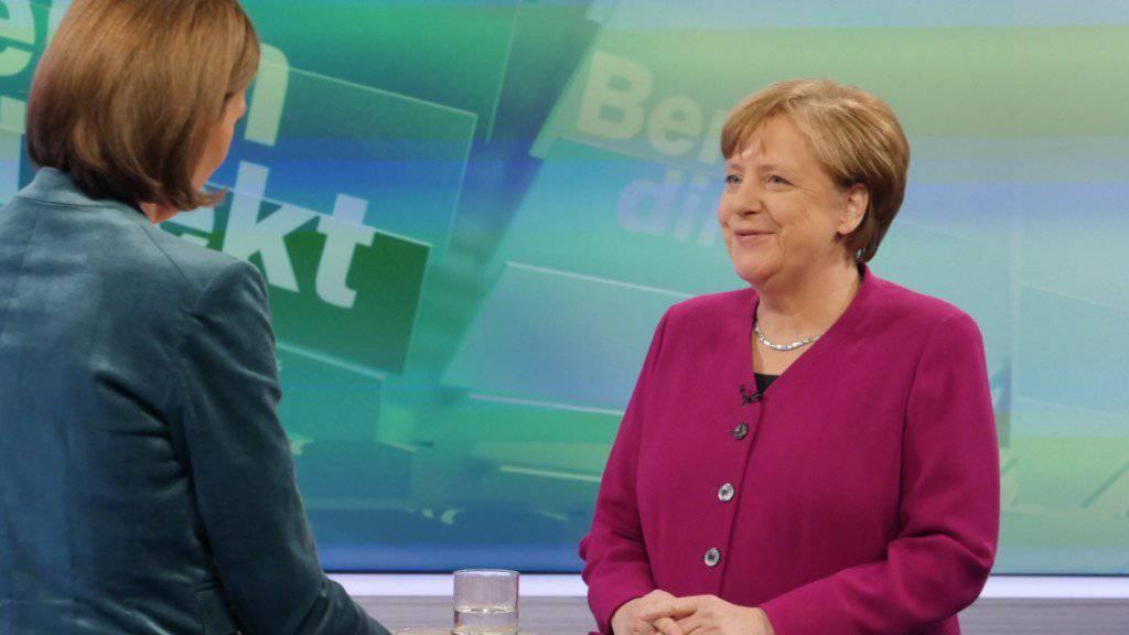 Die deutsche Kanzlerin Angela Merkel will bei einer Zustimmung der SPD-Mitglieder zu einer grossen Koalition volle vier Jahre im Amt bleiben. «Die vier Jahre sind jetzt das, was ich versprochen habe», sagte sie am Sonntagabend in der ZDF-Sendung «Berlin direkt».