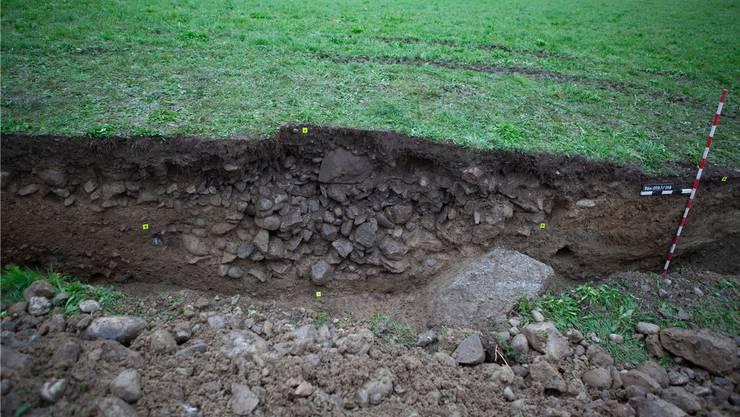 Unmittelbar unterhalb der Humusschicht stiessen die Archäologen bereits auf Mauerreste.