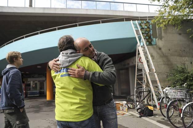 Tarek bedankt sich bei der Stadtreinigung für die Unterstützung.