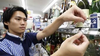 In Japan müssen die Preisschilder ausgetauscht werden, weil am heutigen Dienstag eine Erhöhung der Mehrwertsteuer in Kraft getreten ist.