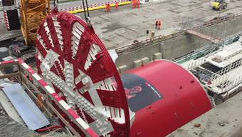 Eppenbergtunnel: Der riesige Bohrkopf wird an der Tunnelbohrmaschine montiert.