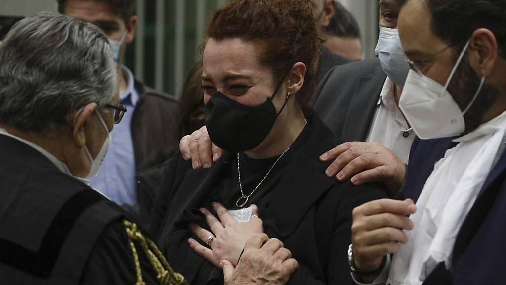 Rosa Maria Esilio (r), Witwe des italienischen Carabinieri-Polizisten Mario Cerciello Rega, reagiert während des Prozesses in Rom. Foto: Gregorio Borgia/AP/dpa