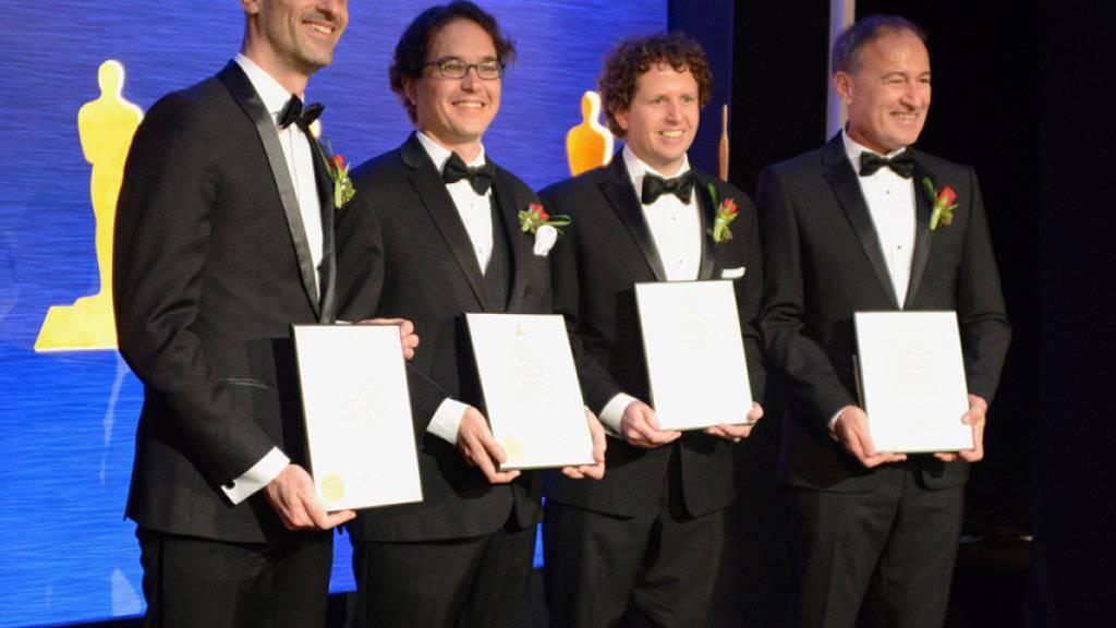 Bernd Bickel, Thabo Beeler, Derek Bradley und Markus Gross (v.l.n.r.) präsentieren ihre Preisurkunden.