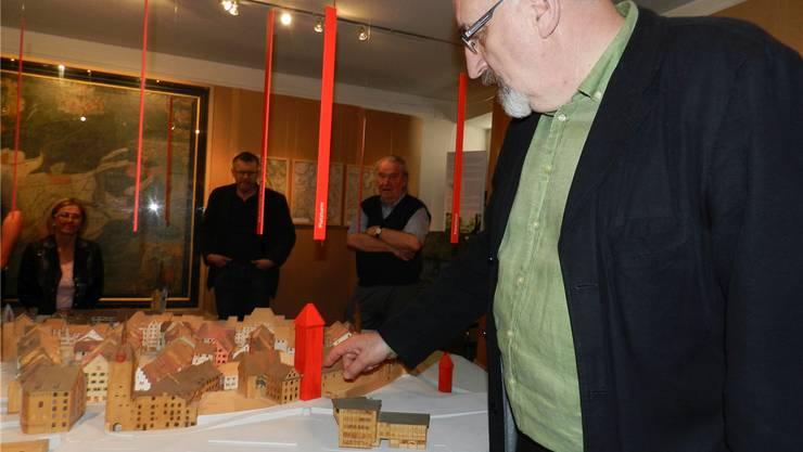 Museumspräsident Fridolin Kurmann beim Rundgang durchs Museum.