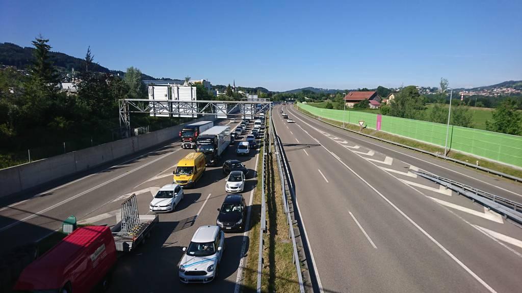 Nach einem schweren Unfall zwischen St.Gallen-Winkeln und Gossau staute es auf der Stadtautobahn. (Bild: TVO/Sarah Wagner)