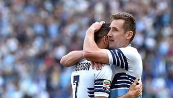 Lazios Miroslav Klose (r.) umarmt 4:0-Torschütze Felipe Anderson