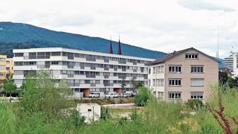 Das Bürogebäude der ehemaligen Zementfabrik am Cementweg 48 in Olten SüdWest (vorne rechts im Bild) wird neuer vorübergehender Schulstandort in Olten.